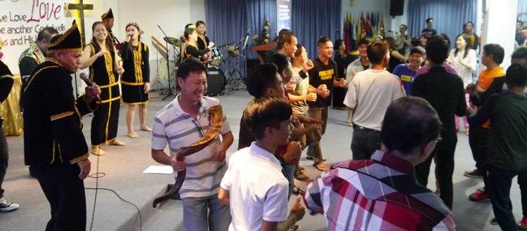 The congregation join the BM youth in a closing Lun Bawang dance